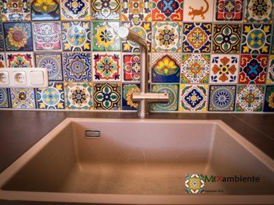 <p>Fliesen mit Muster aus Mexiko für die Kücherückwand im Format 11×11 cm handbeamalt von Mexambiente</p>
