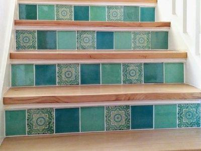 <p>Holztreppe mit handbemalten Fliesen aus Mexiko</p> <p>Fliesen ca.11×11 cm von Mexambiente – Einfarbig und Dekor</p>