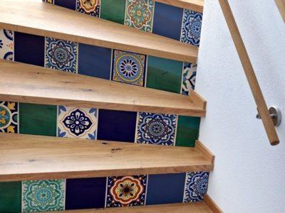 <p>Mexikanische Fliesen mit Mustern als Setzstufen verzaubern ein Treppenhaus</p> <p>Holztreppe (Eiche) mit Mexambiente Fliesen ca. 15×15 cm</p>